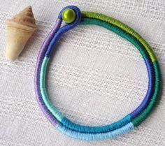 Gargantilha em cordão de algodão revestido de linha sintética colorida. Fecho com conta plástica . Reforçado com fios de nylon. Um charmoso detalhe para valorizar camisas. A dimensão da largura e altura se referem a medida do colar fechado.