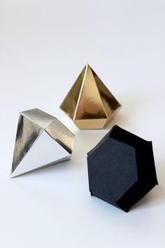 ディスプレイやオーナメントにぴったりのペーパークラフト。今回は宝石みたいな形が可愛いペーパーダイヤモンドをご紹介します。ゴールドやシルバーで作ってクリスマスのオーナメントに。POPでカラフルな色で作ってパーティの飾り付けに。100均で購入できる折り紙や画用紙で作るペーパーダイヤモンドの作り方・折り方・無料ダウンロードできるテンプレートなど!