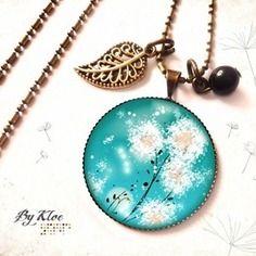 Collier sautoir cabochon • pissenlit • bleu ciel blanc dandelion Blue Necklace, Pendant Necklace, White Dandelion, Glass Domes, Creations, Bronze, Etsy, French Girls, Pearls