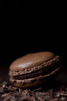 a chocolate macaroon, yum Café Chocolate, Chocolate Macaroons, Death By Chocolate, Chocolate Heaven, Chocolate Color, Chocolate Lovers, Cheap Chocolate, Chocolate Dreams, Chocolate Delight