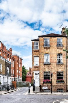 A pretty brick house in Chelsea, London. This part of the city has some of the most beautiful streets in London. London Tours, London Travel, London City, Travel Europe, Best Places In London, London Architecture, British Architecture, Chelsea London, Beautiful Streets