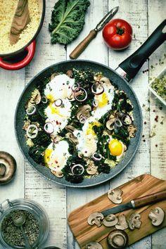 Jajka zapiekane z kaszą jaglaną i jarmużem
