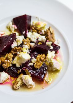 Moroccan beetroot salad with feta cheese and walnuts- Marokkanischer Rote Bete Salat mit Feta-Käse & Walnüssen Moroccan beetroot salad with feta and walnuts - Raw Food Recipes, Easy Dinner Recipes, Salad Recipes, Easy Meals, Cooking Recipes, Cake Vegan, Feta Salat, Queso Feta, Tasty