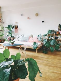 Bohemian urban jungle huis met roze bank
