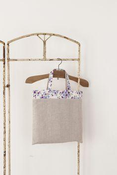 リネンと花柄を組み合わせた、大人可愛いナチュラルバッグ。/シンプルデイリーバッグ(「はんど&はあと」2011年10月号)