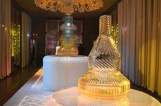 Patricia Urquiola   Scénographie Cédric Martineaud    Baccarat présente « Variations », une collection de Verres et Vases conçue par Patricia Urquiola, qui réinvente les principes de taille et propulse chaque forme en Colorama.