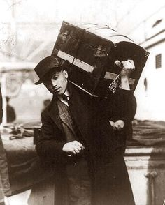 A Polish emigrant boarding ship carrying camel back trunk. Photo was taken at Ellis Island in Titanic History, Rms Titanic, Titanic Ship, Old Pictures, Old Photos, Island Pictures, Vintage Photographs, Vintage Photos, Antique Photos