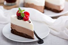 Receta de tarta tres chocolates para preparar en el microondas  #TartaTresChocolates #TartaTresChocolatesAlMicroondas #TartaAlMicroondas #TartaSinHorno #PostresSinHorno