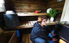 Perinteiseen malliin tehty sauna on Karhusista maailman paras. Kuvassa Leena Karhunen.