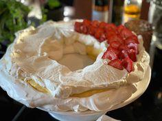 Pavlova krans - enkel og kjempegod oppskrift - Franciskas Vakre Verden Pavlova, Camembert Cheese, Baking, Desserts, Food, Tailgate Desserts, Deserts, Bakken, Essen