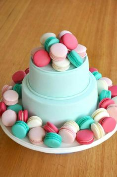 2 tier cake with macaroons
