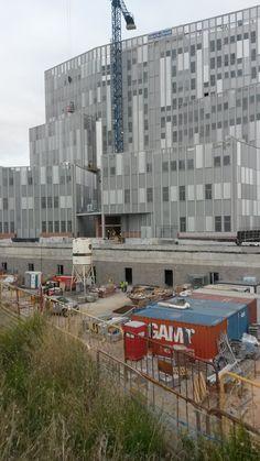 Vista de l'edifici A des del lateral de la Ronda Litoral