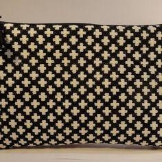 Trousse pochette plate en tissu jacquard noir et croix écrues