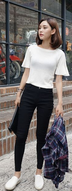Slip on + camisa branca + jaqueta xadrez + calça preta