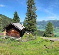 It's not how big the house, it's how happy the home is. .....I think I would be happy here. Es kommt nicht darauf an, wie groß das Haus ist, sondern wie glücklich das Haus ist. ..... Ich glaube, hier wäre ich glücklich. #mountainhuts Alpine Village, Think, Cabin, Adventure, House Styles, Home Decor, Kaprun, Faith, House
