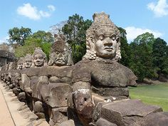 Allée menant à Angkor Thom - Diables