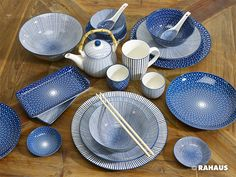 Blau - Weiß  #Geschirr #Schale #Tasse #Teller #Schälchen #essen #Suppe #Dinner #Frühstück #Holz #Teekanne #Teepot #blauweiss