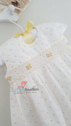 Hermosa mano blanca smocked bebé vestido de lunares tamaño