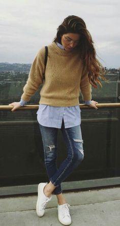 Beige trui, blauwe blouse, spijkerbroek, sneakers