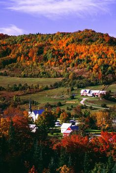 East Orange Village in Vermont New England. Relax with these backyard landscaping ideas and landscape design. New England States, New England Travel, Fall In New England, New England Fall Foliage, Fall Pictures, Fall Photos, Le Vermont, Vermont In The Fall, Autumn Scenes