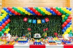 Mesa de doces para aniversário com tema lego. Foto: Studio See You