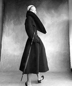 Lisa Fonssagrives-Penn wearing coat by Christian Dior, 1950 Photographed by Irving Penn for Vogue. Vogue Vintage, Vintage Fashion 1950s, Vintage Dior, Fifties Fashion, Vintage Couture, Vintage Coat, Looks Vintage, Fifties Style, Vintage Heels