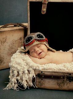 Fotoshoot baby kind koffer piloot vliegen photoshoot newborn