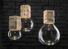 Bulbos suspensos Moulds, de vidro e madeira, design da jovem dupla Jan Plechác & Henry Wielgus para a Lasvit