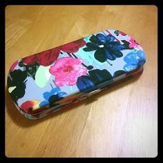 Wallet This is a super cute wallet with what looks to be painted flowers all around. This comes with: - 6 card pockets including an ID pocket - Coin Pocket w/ zipper - 2, dollar sizes, side pockets (Gift cards don't come with it) Thirty-One Bags Wallets