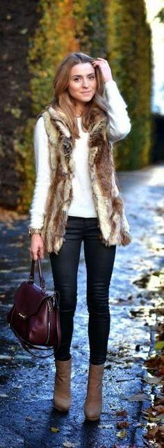 Básico para o dia: suéter branco + colete pele + jeans escuro + bota