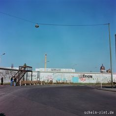 Die Mauer, Berlin in den 1970ern #berlinermauer #70er #berlinwall West Berlin, Berlin Wall, East Germany, Berlin Germany, Places To Travel, Fair Grounds, City, Indie, History