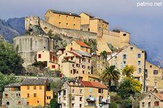 La citadelle de Corte et les maisons de la vieille ville en Haute Corse