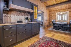 Her vises et knippe bilder av håndlaftede tømmerhytter fra Drømmehytta as. Kitchen Cabinets, Decor, Furniture, Kitchen, Vises, Home, Cabinet, Log Cabin, Home Decor