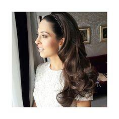 Linda noiva pronta para o jantar pré casório com make de Nadia Tambasco.  Trança tiara com cabelos ondulados bem polidos, com efeito natural e super romântico.