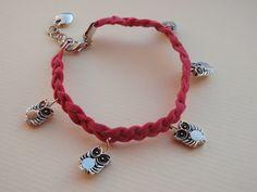 Fuchsia braided suede bracelet with owl charms and an extension chain. A gift for a teenage girl. //  Pulseira de camurça em fúcsia com muitos mochos - uns bichos muito na moda. Foi um presente para uma  adolescente.
