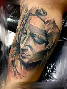 Estilo. Essa é a palavra que melhor define as tatuagens inusitadas da tcheca Marie Kraus, que trabalha no Our Future Tattoo Studio, em Brno, na República Tcheca.Marie costuma representar suas tatuagens de uma forma bem abstrata, que recorda, de um jeito meio distante, o cubismo. Ainda assim, mantém um teor de personalidade absurdo, além de garantir um trabalho pouco comum e muito bem finalizado.