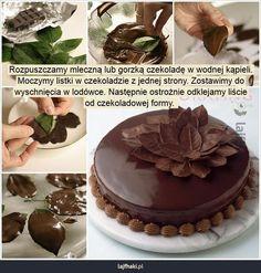 Jak zrobić czekoladowe listki do dekoracji? - Rozpuszczamy mleczną lub gorzką czekoladę w wodnej kąpieli. Moczymy listki w czekoladzie z jednej strony. Zostawimy do wyschnięcia w lodówce. Następnie ostrożnie odklejamy liście od czekoladowej formy.
