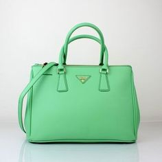 Pixel - Prada Tote - Ideas of Prada Tote - Prada Purses-I love this shade of green. So pretty so spring Prada Purses, Prada Handbags, Purses And Handbags, Handbags Online Shopping, Designer Handbags Online, Prada Tote Bag, Cute Purses, My Bags, Fashion Bags