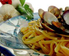 Linguine alle vongole veraci, sono una di quelle delizie della cucina del Golfo di Napoli che immancabilmente si deve provare.