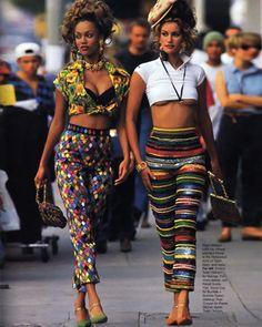 Bunt, bunter, 90er: Tyra Banks und Yasmeen Ghauri erinnern uns an die Mode der damaligen Zeit. #90s