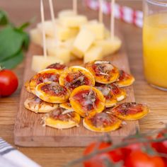 For an aperitif, bet on the homemade mini pizzas with basil and olive oil! Mini Pizzas, Pizza Express, Christmas Appetizers, Mini Foods, Snacks, Food Videos, Tapas, Dinner Recipes, Food And Drink