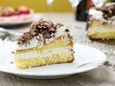 Eisgekühltes Genuss-Vergnügung zur Nachspeise. Besonders an heißen Sommertagen ist die Grillage-Torte eine tolle und leckere Alternative zu schweren Desserts. Wir sagen Ihnen, was sich hinter dem spannenden Begriff verbirgt und stellen ein leckeres und einfaches Rezept vor. http://www.fuersie.de/kochen/backrezepte/artikel/rezept-grillage-torte