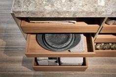 VVD è il primo esperimento nel mondo cucina per il designer belga, il quale afferma la sua personale idea di architettura in un gioco di contrasti tra spessori diversi e l'uso dialettico di materiali, tra cui pietre naturali, essenze e alluminio nero.