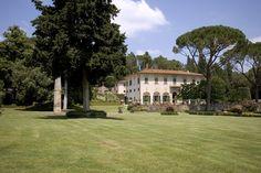 フィレンツェ近郊、19世紀の邸宅  フィレンツェ近郊の9寝室の邸宅。後にフィレンツェの新都市計画で有名になった建築家ジュゼッペ・ポッジのプロジェクトを受けて1830年頃に建てられた。ゲストやスタッフ用の別棟2棟、広大なオリーブ畑、大きな湖、プール、ワインセラーつき。2000万ユーロ(約28億4000万円)で売り出し中。