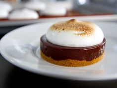 S'mores chocolate tartlets - therezepte sites Barres Dessert, Biscuits Graham, Pastry Art, French Food, Something Sweet, Pie Recipes, Cake Designs, Sweet Treats, Cheesecake