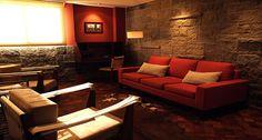 Bonet: Mide 55mts2 y se divide en dos ambientes, un living con cómodos sillones, tv y escritorio y un cuarto con majestuosa pared de piedra, enfrentada a una gran estufa de leña.