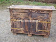 Poitrine rustique construit avec des planches de palettes