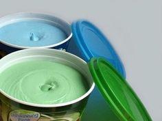 El jabón lavaplatos tu mismo. Panela de jabón azul. 1/4 de taza vinagre 1/4 de taza de jugo de limón Un chorrito de desinfectante 01 vaso de agua … 03 cucharaditas de detergente en polvo. Preparación: Ralla la panela de jabón azul, agrega el vaso Mantel Azul, Limpieza Natural, Clean House, Garden Pots, Deco, Diy Crafts, Cleaning, Mascara, Tips