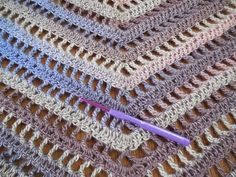 bufanda triangular a crochet ravelrythe secret path shawlXyra pattern-square poncho Dutch by XyraCreaties Crochet Poncho Patterns, Crochet Shawls And Wraps, Crochet Blouse, Crochet Scarves, Crochet Stitches, Knitting Patterns, Crochet Videos, Diy Crochet, Beginner Crochet