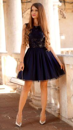 dealnie skrojona rozkloszowana sukienka, wykonana z wysokiej jakości tkaniny i kilku warstw elastycznego, miękkiego, przyjemnego w dotyku tiulu. Sukienka podszyta jest przewiewną podszewką i kilkoma warstwami tiulu, dzięki czemu efektownie się prezentuje. Z przodu posiada solidnie wykończony, cekinowy wzór, pięknie odbijający światło, z tyłu dekolt i kryty zamek. Sukienka jest wyjątkowa, dopracowana w każdym detalu, bardzo starannie uszyta.